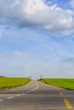 Strasse - Hauptstrasse mit grünem Feld und blauem Himmel