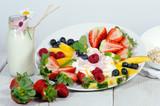 Guten Morgen, gesunder Start in den Tag: Biologischer, Vegetarischer Genuss zum Frühstück: Obst, Milch, Müsli und Joghurt :) - 198625351