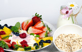 Guten Morgen, gesunder Start in den Tag: Biologischer, Vegetarischer Genuss zum Frühstück: Obst, Milch, Müsli und Joghurt :) - 198625512