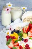 Guten Morgen, gesunder Start in den Tag: Biologischer, Vegetarischer Genuss zum Frühstück: Obst, Milch, Müsli und Joghurt :) - 198625966