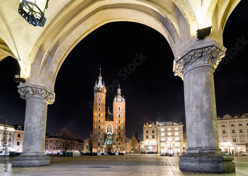 Foto op Plexiglas Krakau Main square and St. Mary's basilica in Krakow, Poland