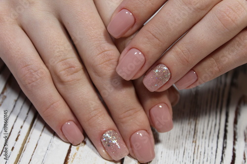 piękny beżowy manicure