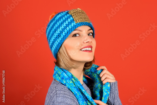 Autumn/winter fashion, style people concept - cheerful girl in fashionable knitted hat, scarf, gray sweater. Attractive sexy girl with perfect skin and makeup. Copy space for advertise clothing store. - 198671768