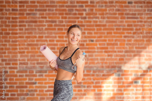 Foto op Aluminium School de yoga Smiling young girl with a mat
