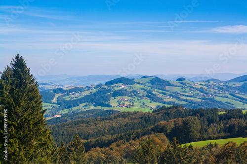 Łąki i domy w austriackich Alpach