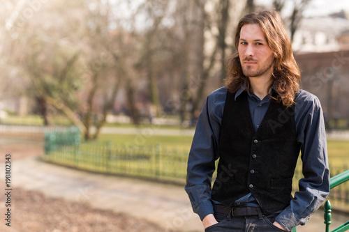 Przystojny chłopak z długimi włosami