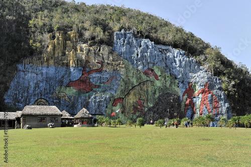 Fotobehang Pistache Mural de la Prehistoria, prähistorische Wand, gemalt 1961 vom mexikanischen Künstler Leovigildo González Morillo, Größe 120x180 Meter, Vinales, Unesco Weltkulturerbe, Provinz Pinar del Rio, Kuba, Groß