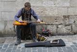Artiste de rue. Guitariste - 198808764