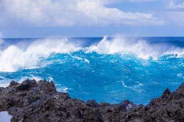 déferlante bleue sur côte rocheuse, île de la Réunion