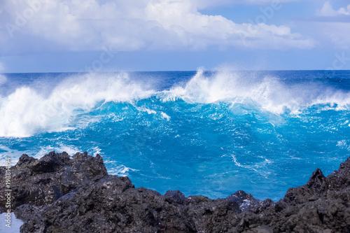 déferlante bleue sur côte rocheuse, île de la Réunion  - 198814194