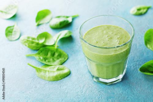 Zielony szpinak smoothie w szkle dla zdrowego śniadania.
