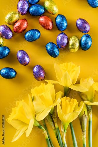 żółty narcyz i czekoladowe jajka