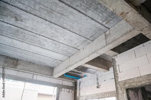 żelbetowe płyty budynku mieszkalnego w trakcie budowy