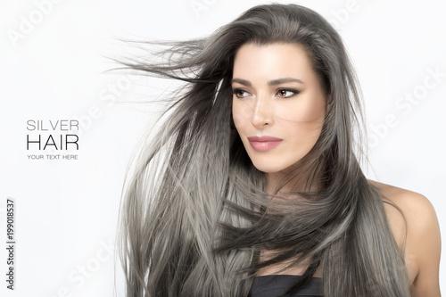 Młoda kobieta z długimi modnymi srebrnymi włosami