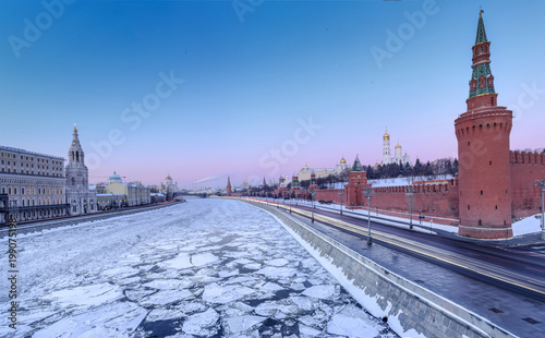 Fotobehang Moskou MOSCOW, RUSSIA: Panoramic view of the city from Moscova river in winter.