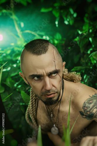 człowiek w dżungli z maczetami atakującymi wroga