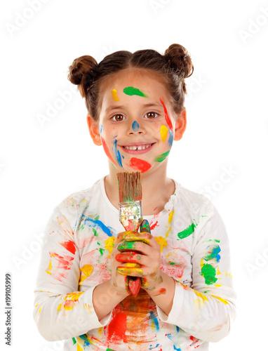 Śmieszna dziewczyna z rękami i twarzą pełno farba odizolowywająca na białym tle