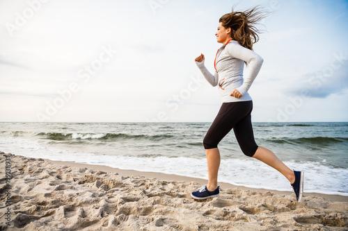 Aluminium Hardlopen Young woman running, jumping on beach