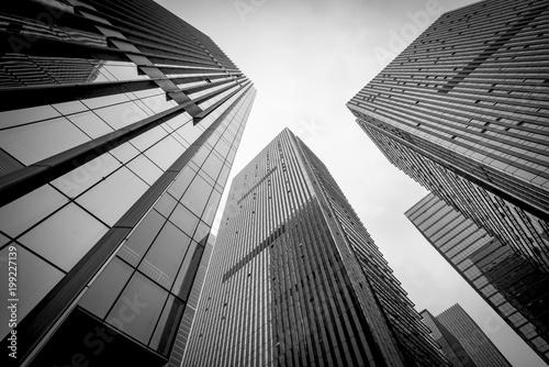 Czarno-biały budynek