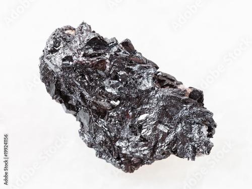kawałek rudy hematytu na białym marmurze