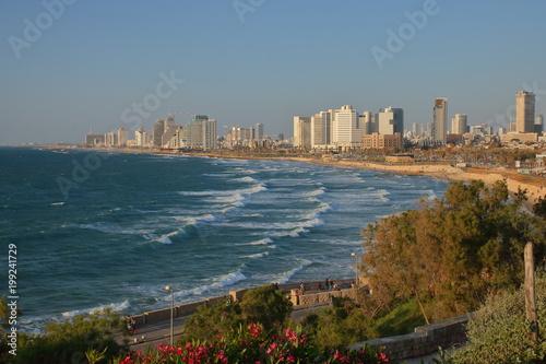 Panoramiczny widok na nowoczesny tel-Awiw, Izrael, Morze Śródziemne z falami, plaża, w tle drapacze chmur miasta, słonecznie