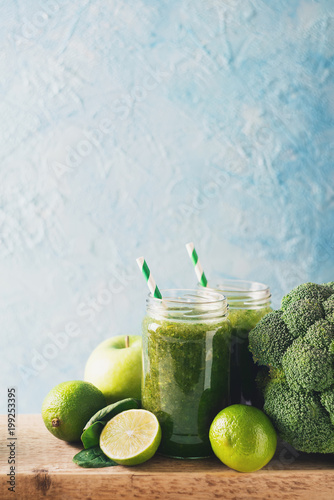 Plexiglas Sap Green smoothie with ingredients, apples, lime, broccoli and spinach.