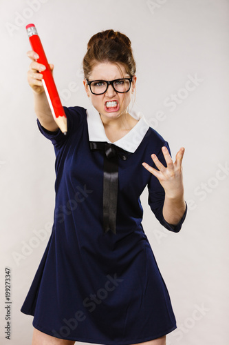 Gniewna kobieta trzyma dużego ołówek w ręce