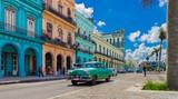 HDR - Grüner Oldtimer fährt auf der Hauptstraße in Havanna Stadt Kuba an der historischen Häuserfront vorbei - Serie Kuba Reportage