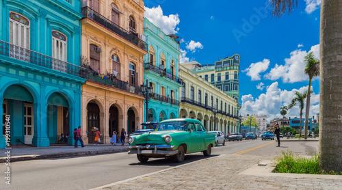 obraz PCV HDR - Grüner Oldtimer fährt auf der Hauptstraße in Havanna Stadt Kuba an der historischen Häuserfront vorbei - Serie Kuba Reportage