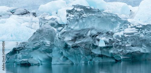 Plexiglas Antarctica große blaue Eisformation auf dem Wasser