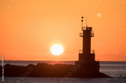 Fotobehang Bruin 수평선에서 떠오르는 태양