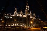 Rathauspark und Rathaus in Wien bei Nacht