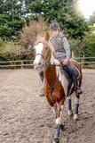 jeune cavalière en action - 199434937