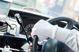 ステアリングを切るタクシードライバーの手 - 199452943