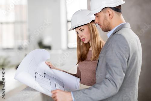 architektura, biznes budowy i koncepcja ludzie - architektów z blueprint i kaski w biurze