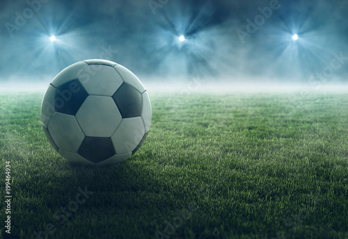 Fototapeta Fußball liegt im Flutlicht