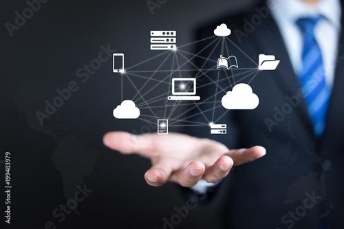 Biznesmen pracuje z obłocznym oblicza diagramem. połączyć się z chmurą, koncepcja cloud computing.