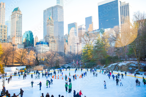 Foto op Aluminium New York Ice skaters having fun in New York Central Park in winter