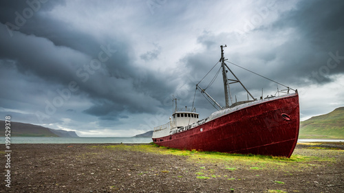In de dag Schipbreuk Shipwreck on the shore in cloudy day, Iceland