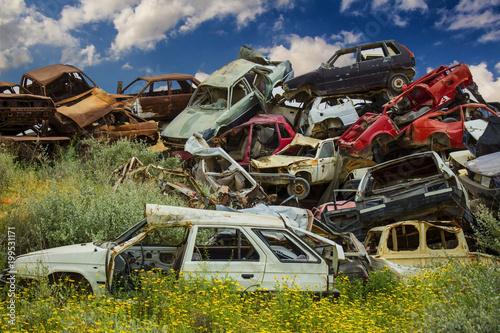 Aluminium Reznik Куча отброшенных старых автомобилей на свалке
