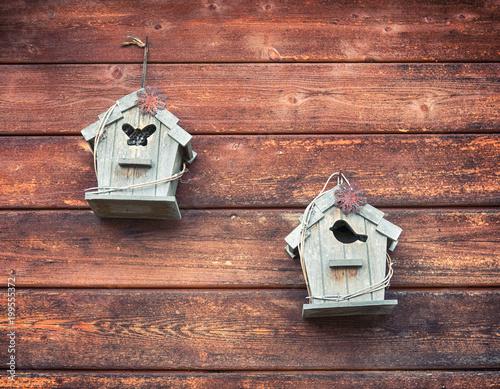 Vintage i drewniane małe birdhouses wykorzystywane jako dekoracja