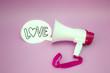 Megáfono con cartel de amor sobre fondo de color