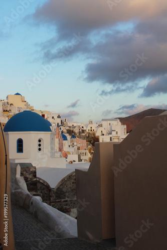 Tuinposter Santorini Vista de Oia, Santorini, Grecia. Cúpula azul
