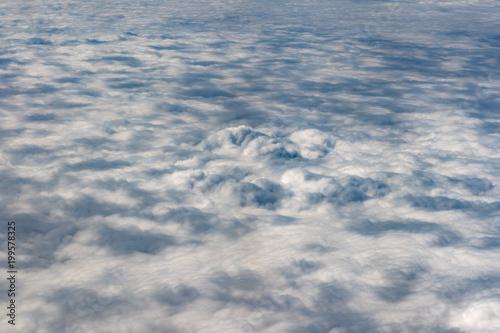 chmury na niebie z okna samolotu