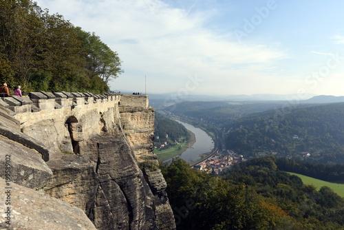 Fotobehang Blauwe hemel Festung Königstein in der sächsischen Schweiz