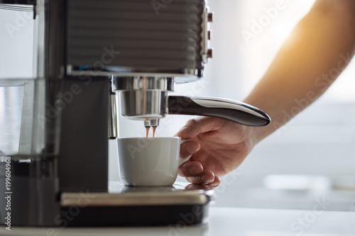 Mężczyzna przygotowuje espresso z ekspresu do kawy