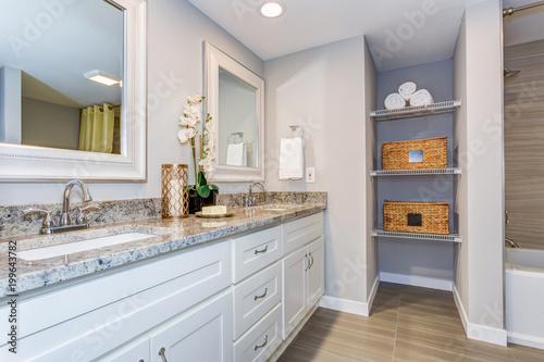 Elegancka łazienka z długą białą szafką w łazience