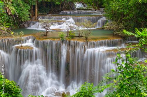 Piękna Huay Mae Kamin siklawa w Khuean Srinagarindra parku narodowym, Kanchanaburi prowincja. Tajlandia