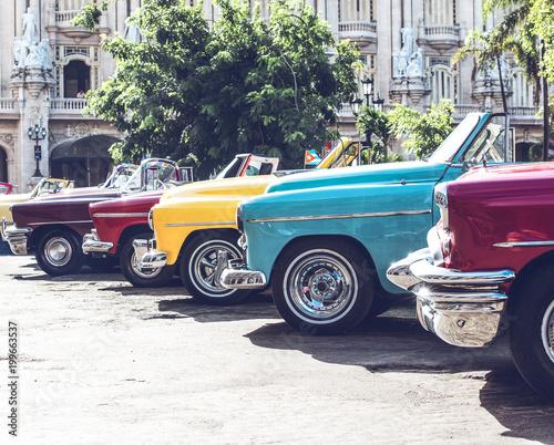 Foto Murales HDR Foto von einem amerikanischen historischen Auto in Havanna Kuba