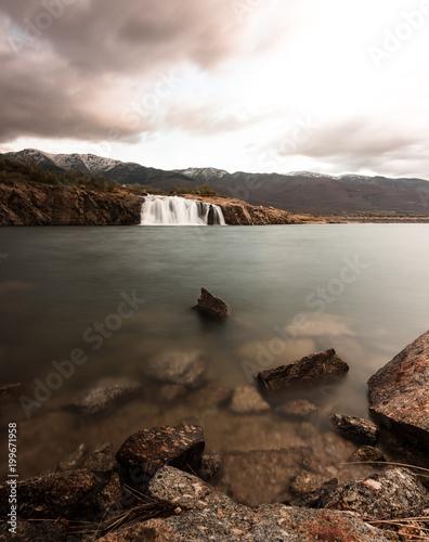 Foto op Plexiglas Zwart Waterfall in the reservoir, caceres